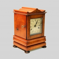 Small fusee mantel timepiece in a satinwood case and with a silvered dial. Circa 1840.